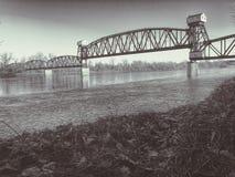 bro missouri över järnvägfloden royaltyfri foto