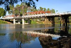 bro murray över floden fotografering för bildbyråer
