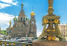 Bro nära kyrkan av frälsaren på Spilled blod i St Petersburg Arkivbild