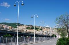 Bro och byggnader i Genova, Italien Royaltyfri Bild