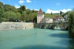 Bro och byggnader på den Aare floden i Bern, Schweiz Royaltyfria Bilder