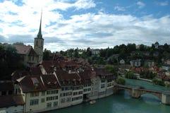 Bro och byggnader på den Aare floden i Bern, Schweiz Royaltyfri Bild