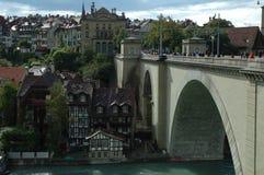 Bro och byggnader på den Aare floden i Bern, Schweiz Royaltyfri Foto