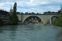 Bro och byggnader på den Aare floden i Bern, Schweiz Arkivbild