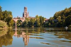 Bro och domkyrka i Albi och dess reflexion Royaltyfria Bilder