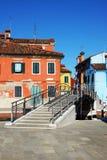 Bro och färgglade hus i Burano. Royaltyfri Bild