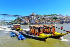 Bro och fartyg i Porto Arkivfoto