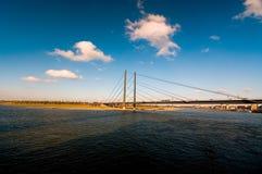 Bro och flod royaltyfri foto