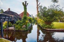 Bro och flod i den gamla holländska byn, Giethoorn Arkivbild