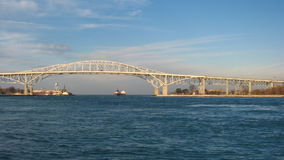 Bro och fraktbåt Timelapse stock video