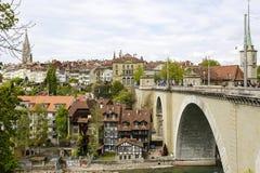 Bro och hus av Bern Arkivfoto