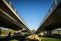 Bro och modern gata i Sant Cugat del Valles Arkivbild