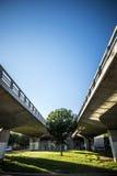 Bro och modern gata i Sant Cugat del Valles Barcelona Spai Royaltyfri Foto