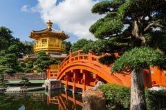 Bro och paviljong på Nan Lian Garden i Hong Kong Arkivbilder