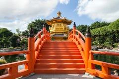 Bro och paviljong på Nan Lian Garden i Hong Kong Royaltyfria Bilder