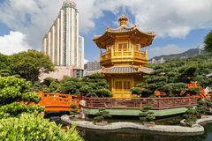 Bro och paviljong på Nan Lian Garden i Hong Kong Royaltyfria Foton