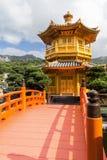 Bro och paviljong på Nan Lian Garden i Hong Kong Fotografering för Bildbyråer