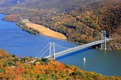 Bro och segelbåt över Hudson River Valley I Arkivfoto