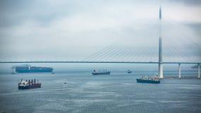 Bro och skepp i dimman i molnigt väder arkivbilder