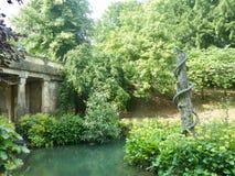 Bro och skulpturen Arkivfoto