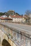 Bro och slott i Aguilar de Campoo royaltyfri foto