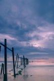 bro och solnedgång på stranden Fotografering för Bildbyråer