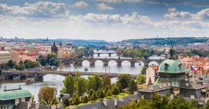 Bro och tak av Prague Royaltyfria Foton