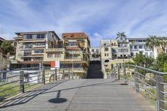 Bro och trappa mellan hus Royaltyfri Bild