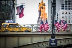 Bro och USA flaggor på utgången av Grans den centrala gångtunnelen Sta fotografering för bildbyråer