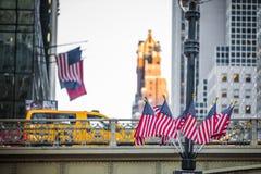 Bro och USA flaggor på utgången av Grans den centrala gångtunnelen Sta royaltyfria foton