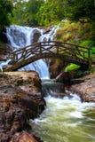 Bro och vattenfall Royaltyfri Fotografi
