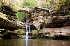 Bro och vattenfall i Hocking kullar delstatspark, Ohio arkivbilder