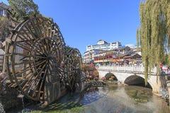 Bro- och vattenhjul på ingången på Lijiang den gamla staden i Yunnan Arkivbilder