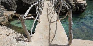 Bro ovanför kristallklart vatten Royaltyfri Bild