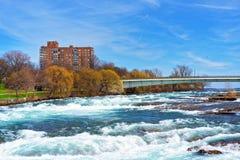 Bro ovanför Niagara och ingångar av Niagaraet River Arkivfoto