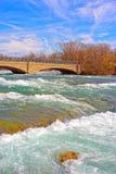 Bro ovanför Niagara och ingångar i Niagara River Arkivfoto