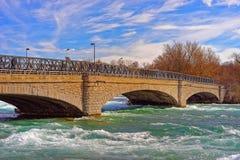 Bro ovanför Niagara och ingångar på Niagara River Arkivfoton