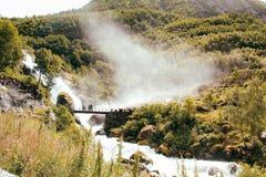 Bro ovanför vattenfallet i Norge arkivbild