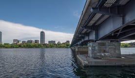 Bro på Charles River på Boston Royaltyfri Bild