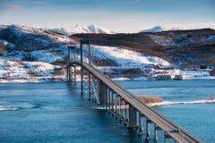 Bro på dagtiden Väg och transport Naturligt landskap i de Lofoten öarna, Norge fotografering för bildbyråer