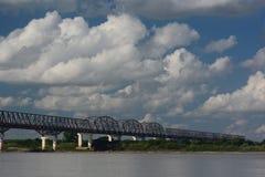 Bro på den Irrawaddy floden Pakokku myanmar arkivfoto