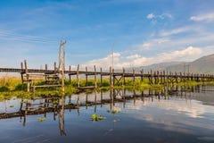 Bro på den min Thauk byn, Inle sjö Arkivfoton