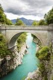 Bro på den Soca floden i Kobarid Arkivfoton