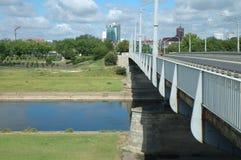 Bro på den Warta floden i Poznan, Polen Arkivfoton