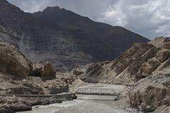 Bro på den Zanskar floden som flödar till och med klyftan i ladakhlandskap Royaltyfri Fotografi