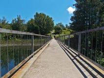 Bro på en sjövägg Arkivbild
