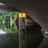 Bro på festfloden i Berlin arkivfoto