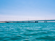 Bro på havet i Italien arkivbild
