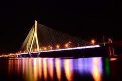 Bro på natten fotografering för bildbyråer