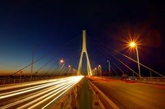 Bro på natten arkivfoton